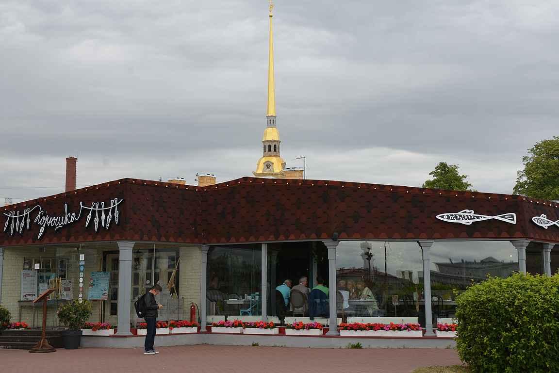 Ravintola Koryushka on Pietari-Paavalin linnoituksen vieressä samaisella Jänissaarella.