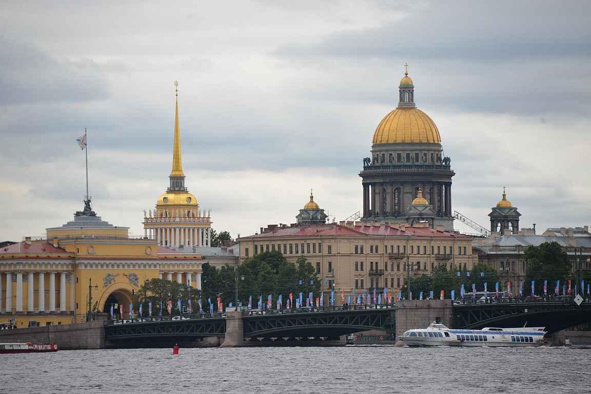Neva hallitsee Pietarin kaupunkikuvaa lähes joka askeleella.