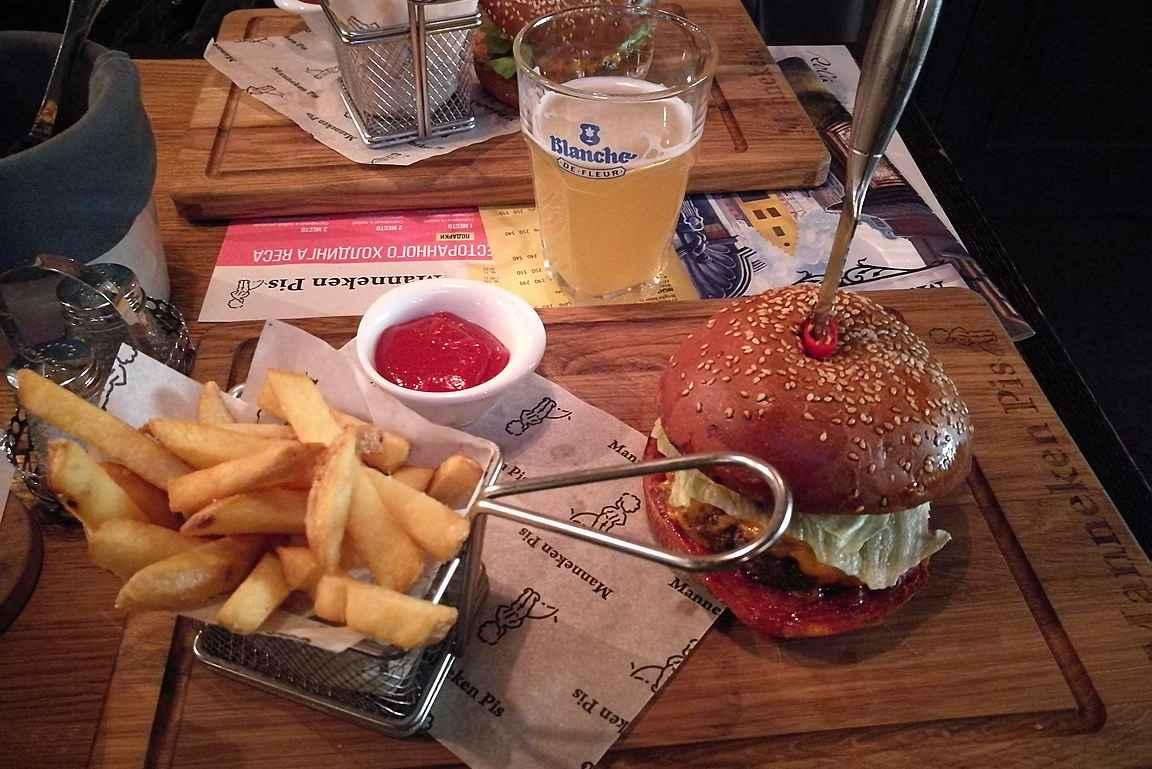 Manneken Pis ja sen maistuva burgeri.
