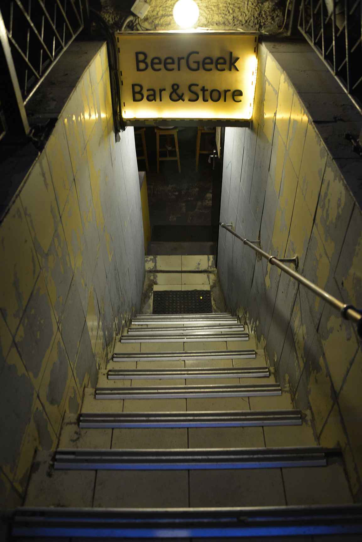 Portaat johtavat kulkusuunnasta huolimatta suoraan pienen tilan baaritiskille oluen ystävän taivaaseen.