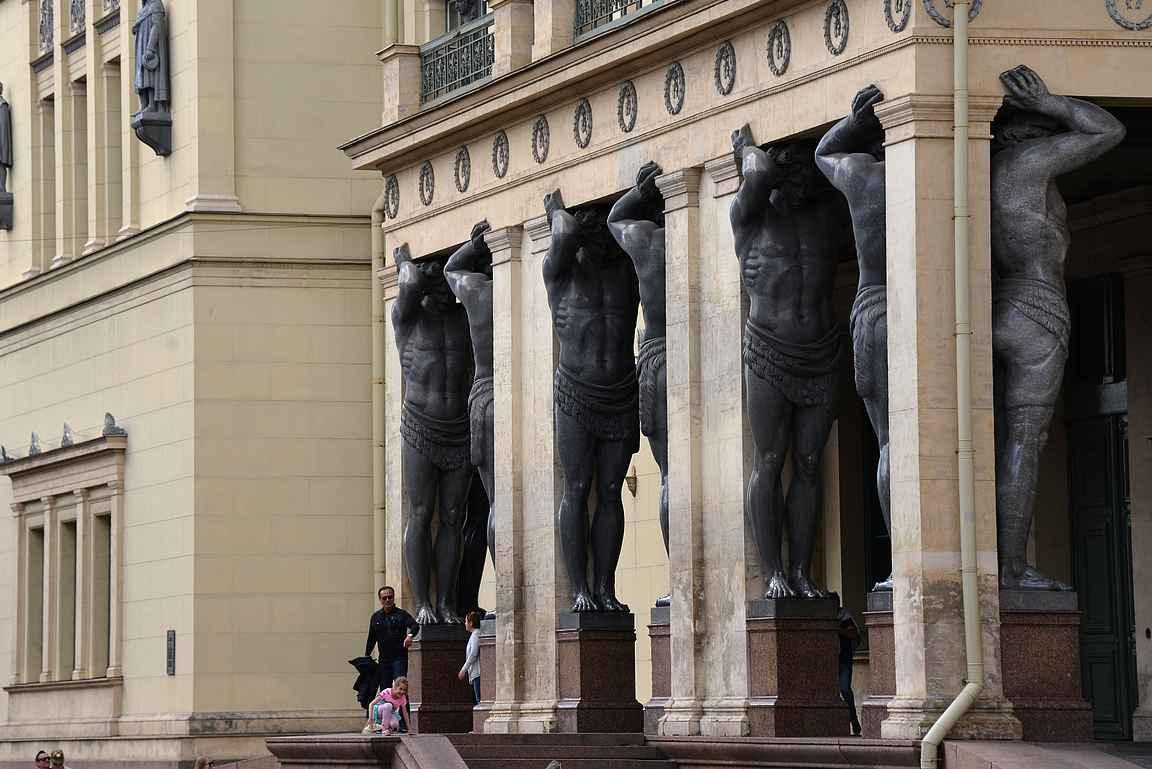 Pietarin arkkitehtuurissa on paljon suuria ja pieniä yksityiskohtia.