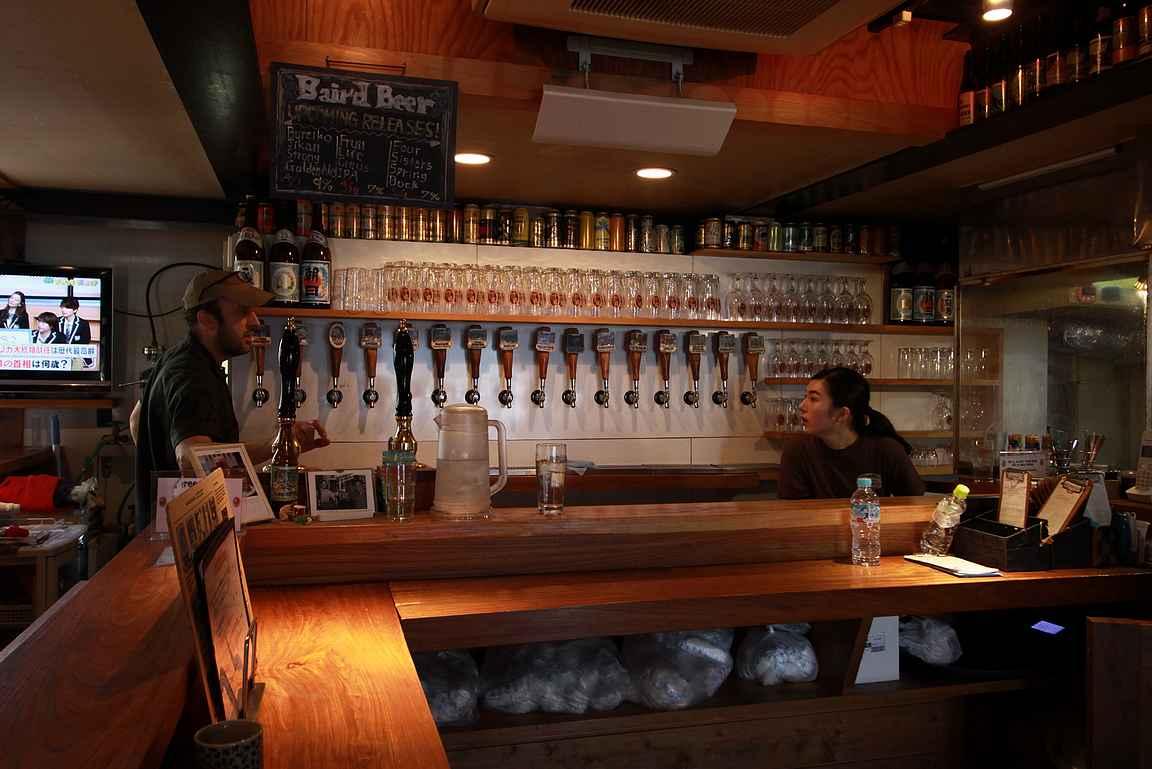 Baird Beer Company Harajukun hanarivistöä tiskin takana.