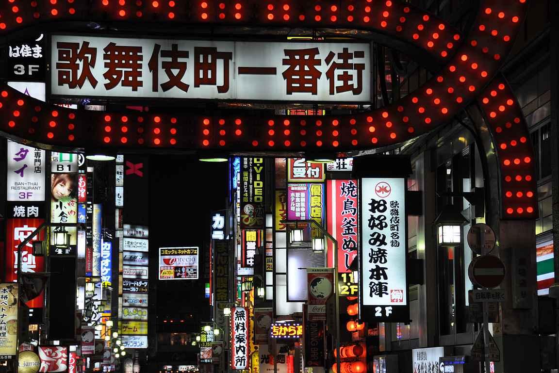 Kabukichossa baarit ja neonvalot vilisevät silmissä.