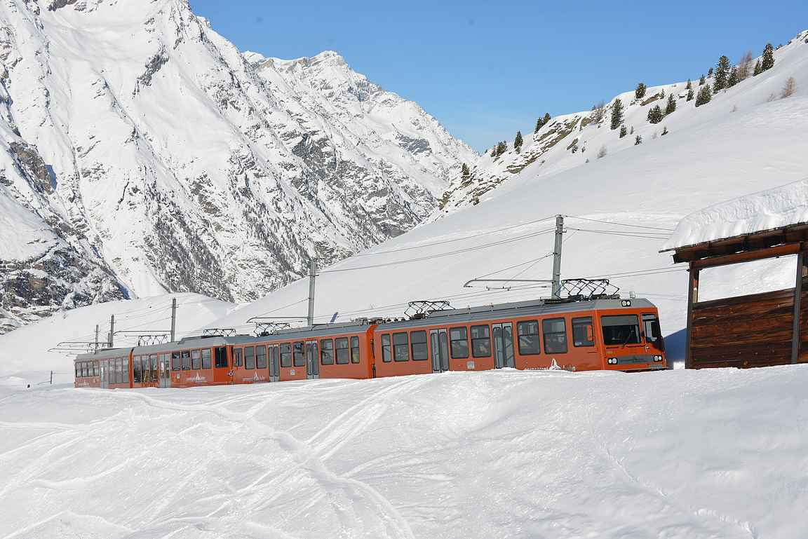 Paikallisjunat näkyvät useassa kohtaa Zermattin rinteillä.