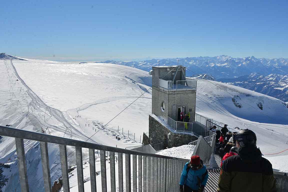 Matterhorn Glacierin näköalapaikka tarjoilee upeat näkymät kymmenille yli neljä kilometriä korkeille vuorille.