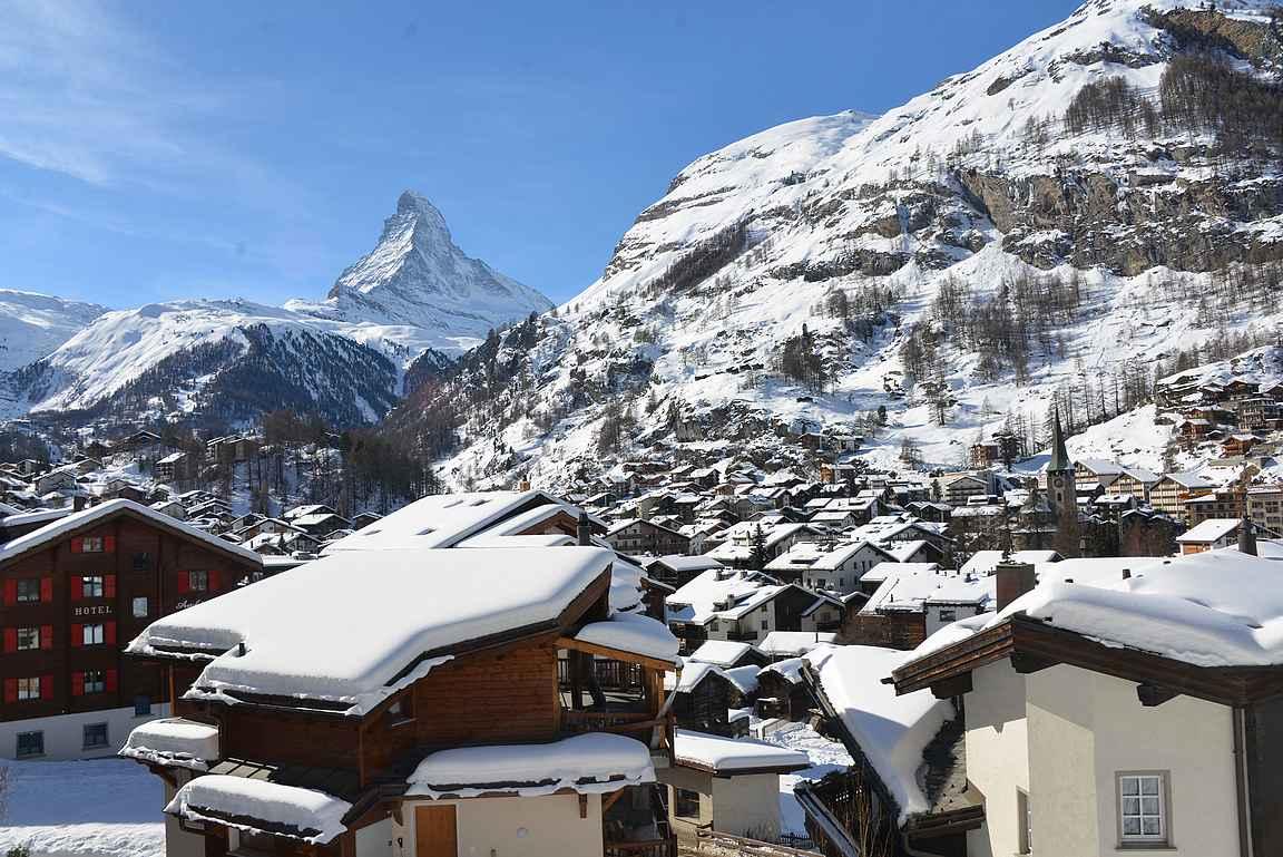 Zermatt on pieni idyllinen kylä Matterhornin vieressä.