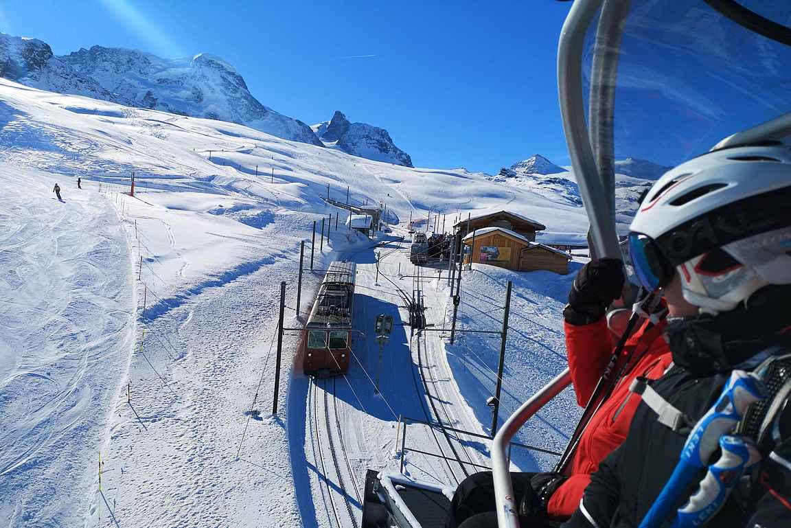 Zermattin rinteiden keskellä menee paikallisjuna, jolla pääsee myös näppärästi nousemaan Zermattin kylän keskustasta eri korkeuksille laskettelualueella.