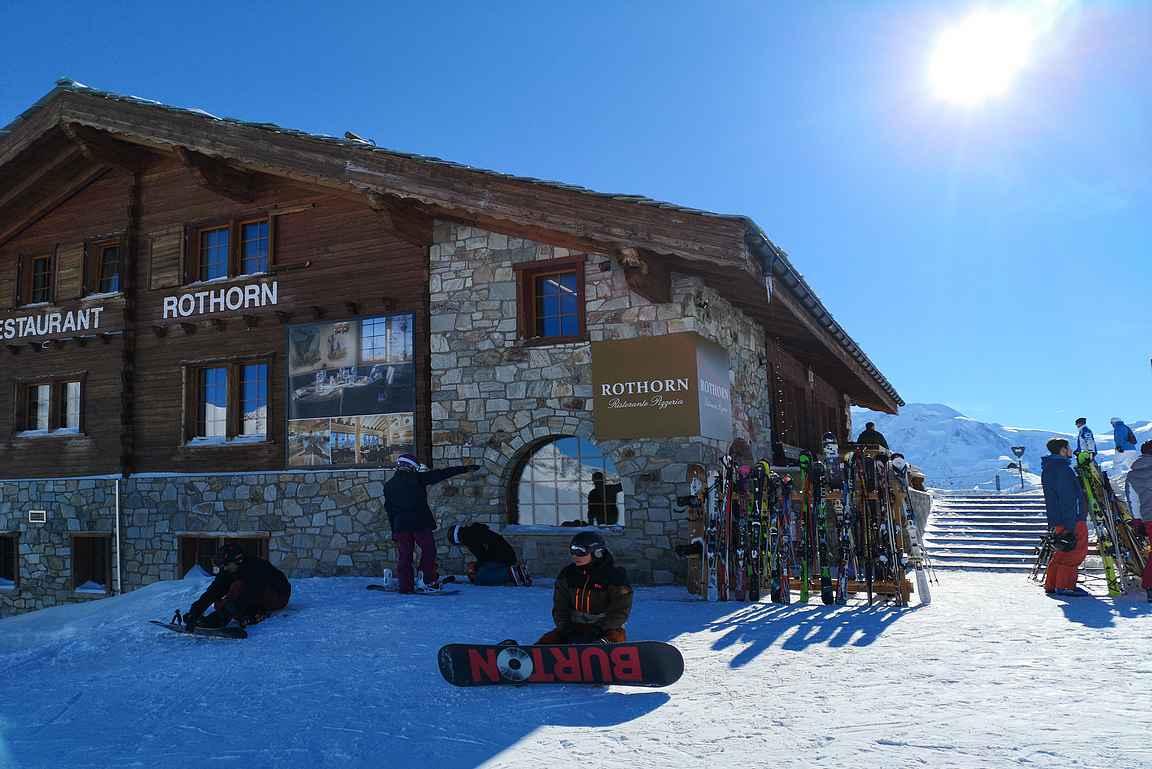 Rothornin huipulta lähtee erinomainen laskukokonaisuus Zermattin kylään saakka.