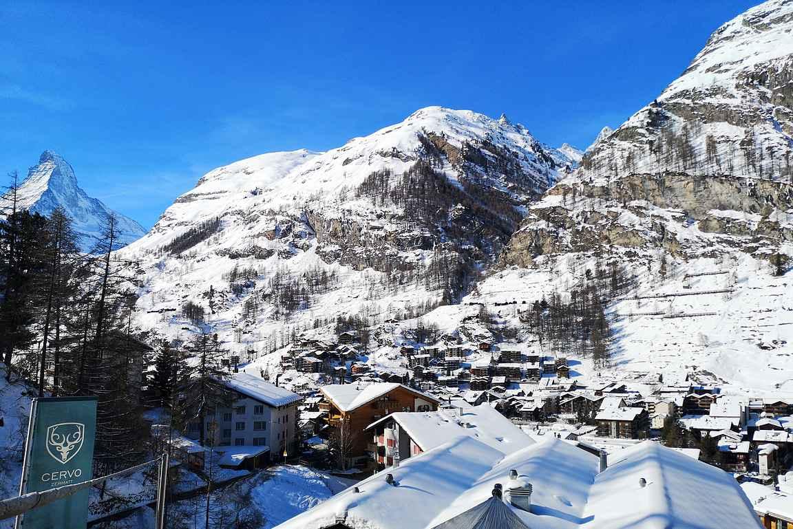 Maisemat Cervon terassilta on upeat kohti Zermattin kylää ja Matterhornia.