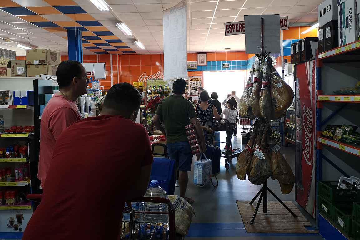 Lauantaiaamuisin kyläläiset ostavat viikonlopun ostokset Cash & Carry:stä ja yhden kassan järjestelmässä kestää aikansa.