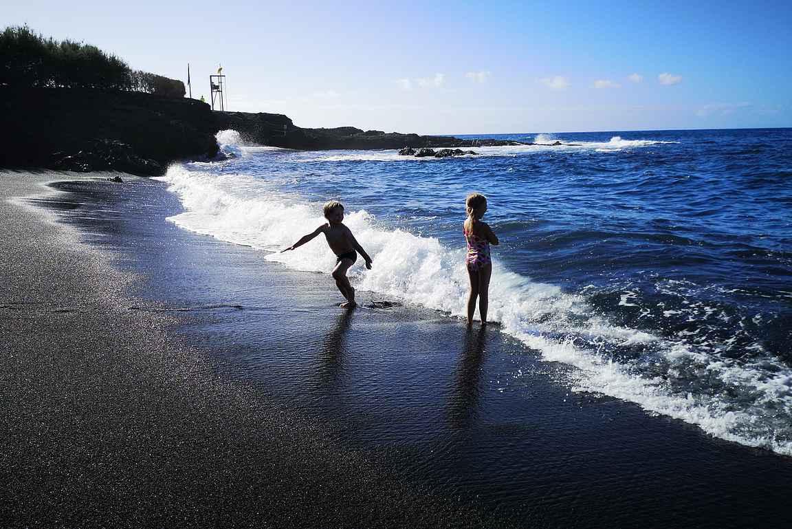 Muksuista on hauska leikkiä Atlantin aalloissa.