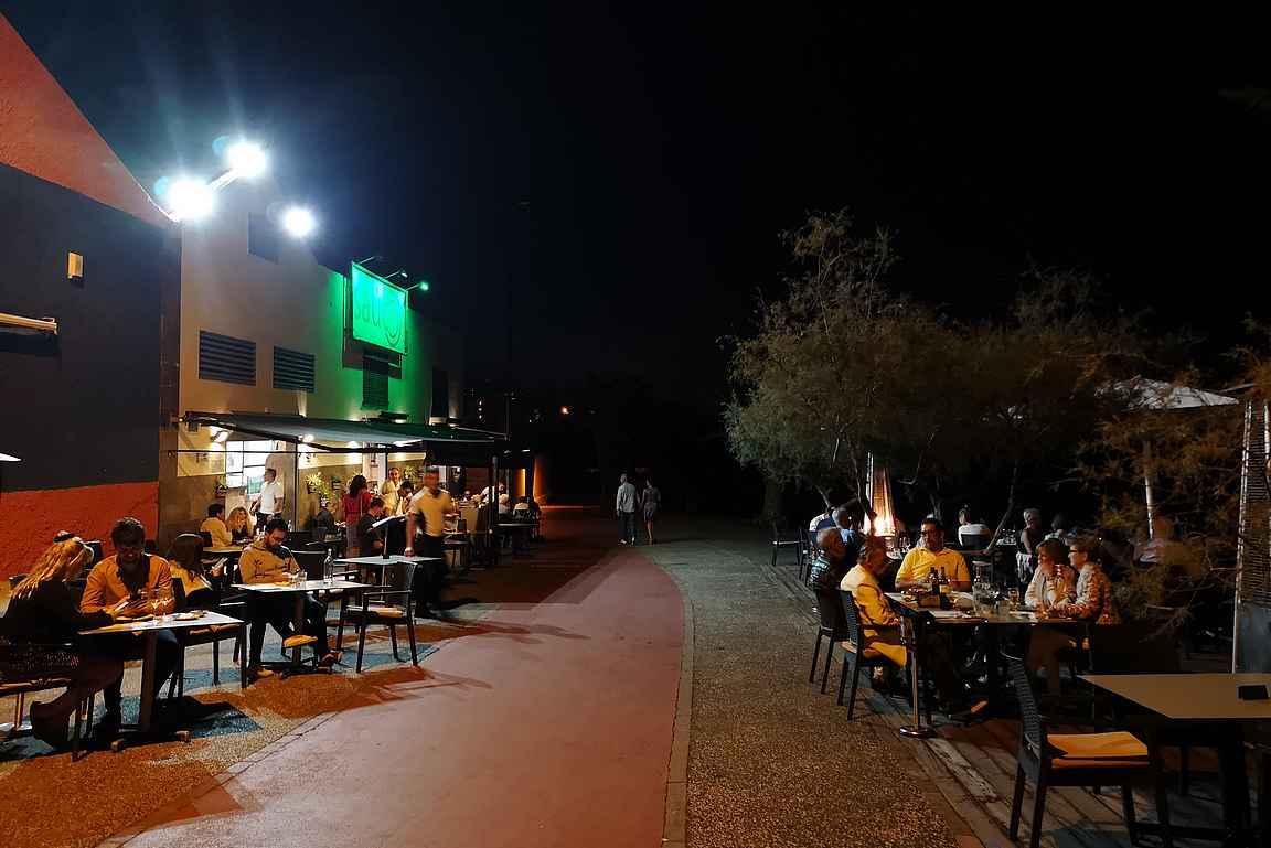 Restaurante Sáucon sijainti rantabulevardin keskeisellä paikalla on omiaan täyttämään pöydät molemmin puolin bulevardia.