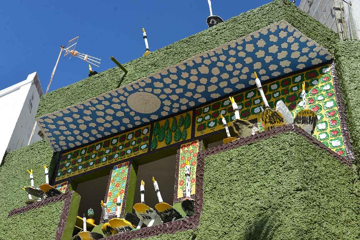 Rantaraitilta löytyy Alcalan erikoisin rakennus eli paikallisen taiteilijan luomus.