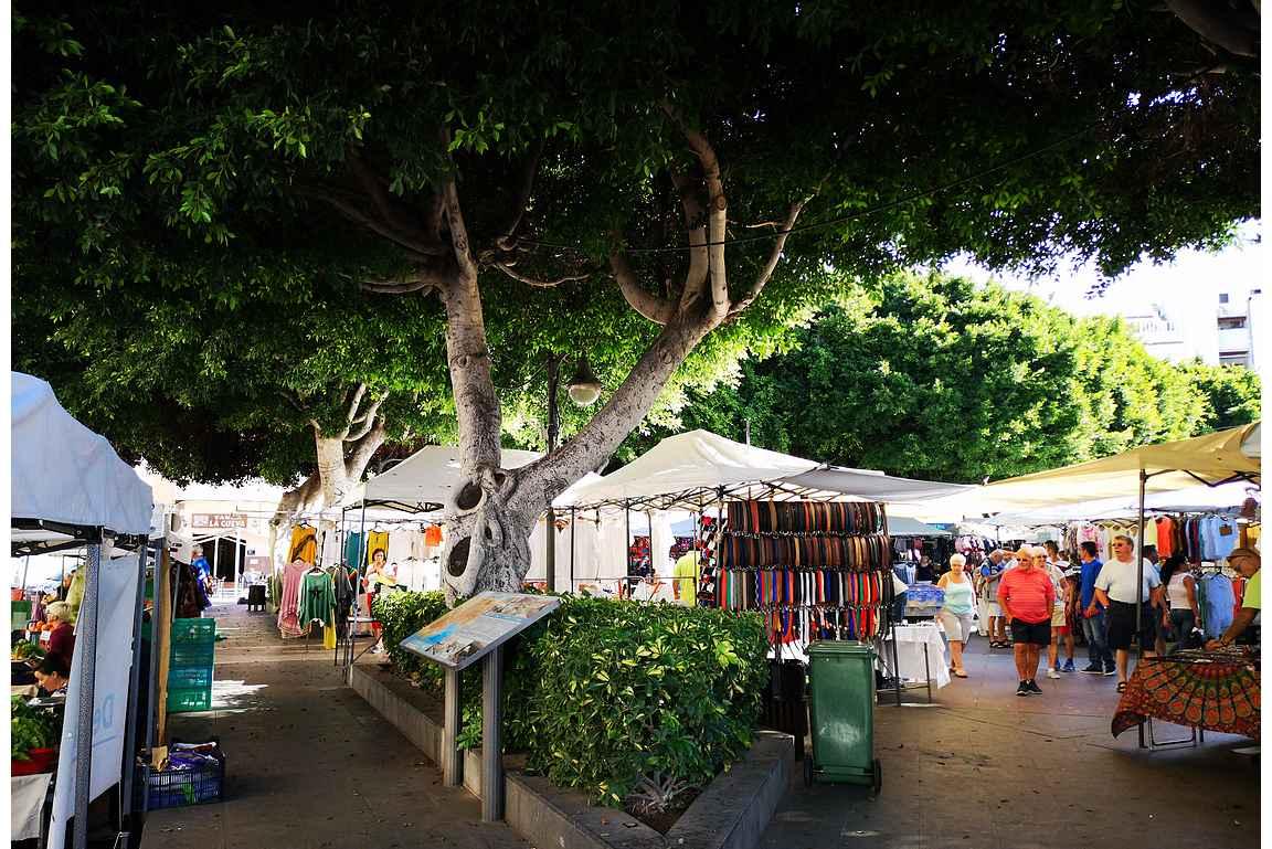Markkinat täyttävät muuten tyhjänä olevan Plaza Llanon erilaisilla myyntikojuilla.