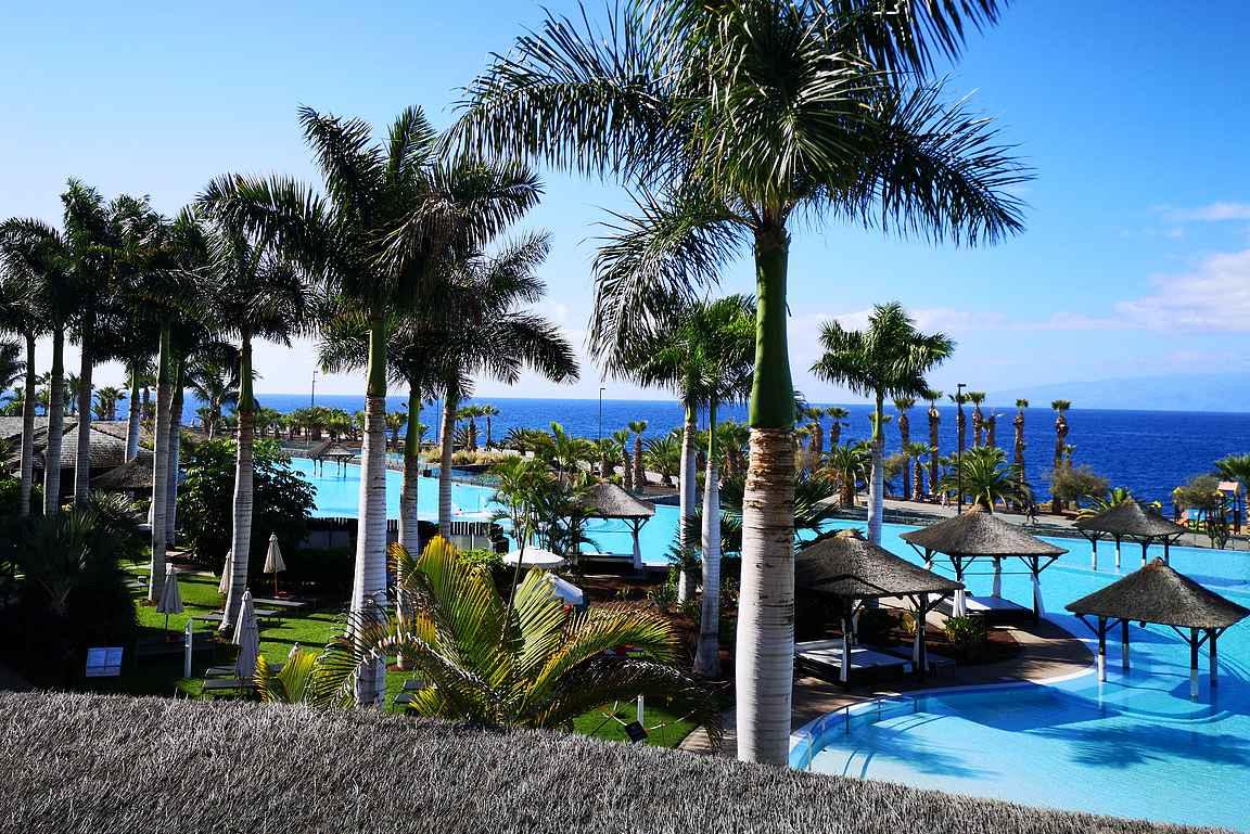 Gran Melia Palacio de Isoran hotellialuetta hallitsee yksi Euroopan isoimmista uima-altaista.
