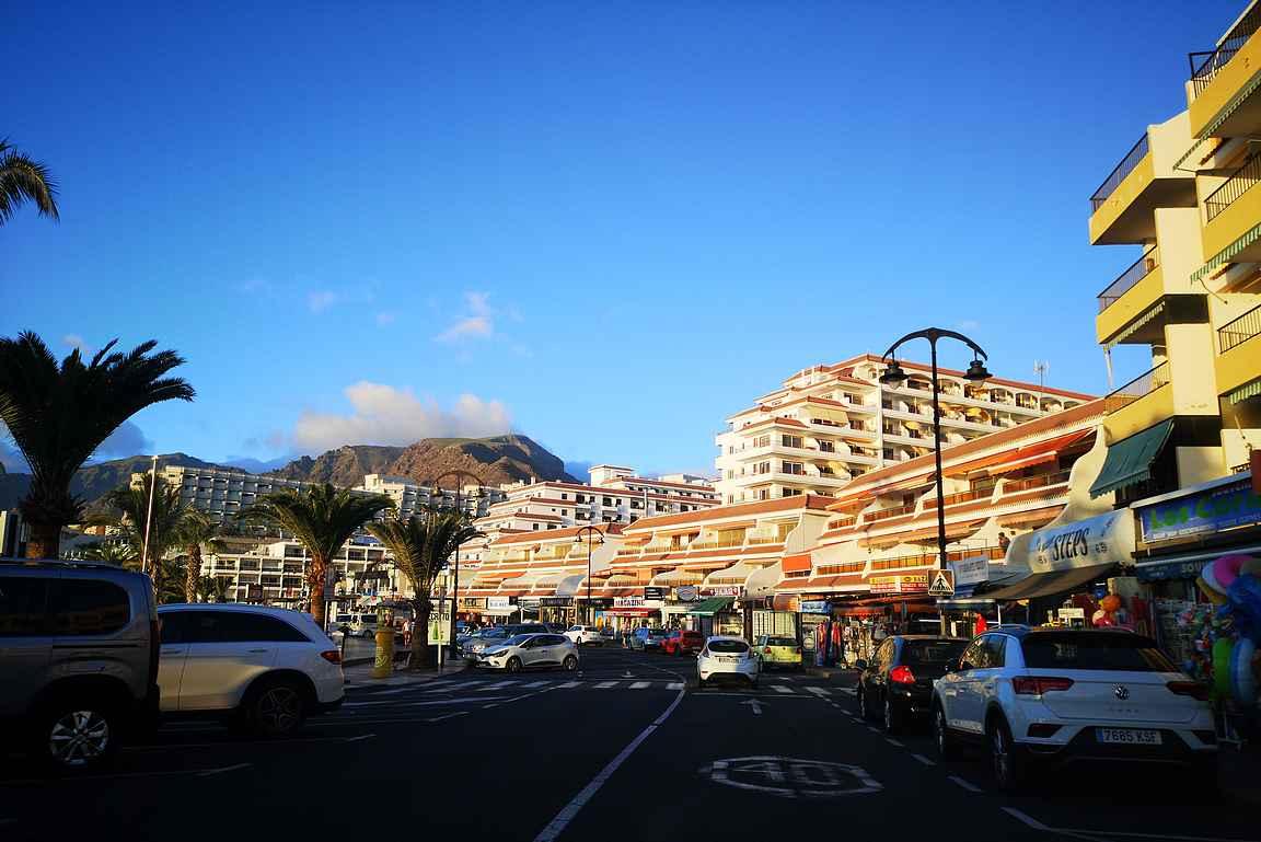 La Arenan rantakadun varrelta löytyy kaikki turisteille suunnatut palvelut.