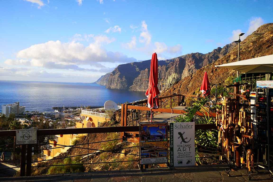Los Gigantesin maamerkki on merenrannasta pystysuoraan nousevat korkeat kalliot.