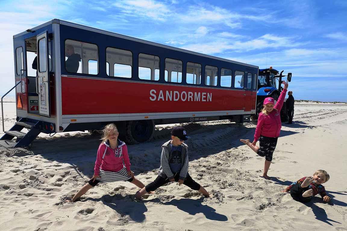 Skagenissa Tanskan pohjoiskärjessä matkustettiin traktoreilla dyynien läpi hiekkarannalle ja se oli koko seurueen mieleen.