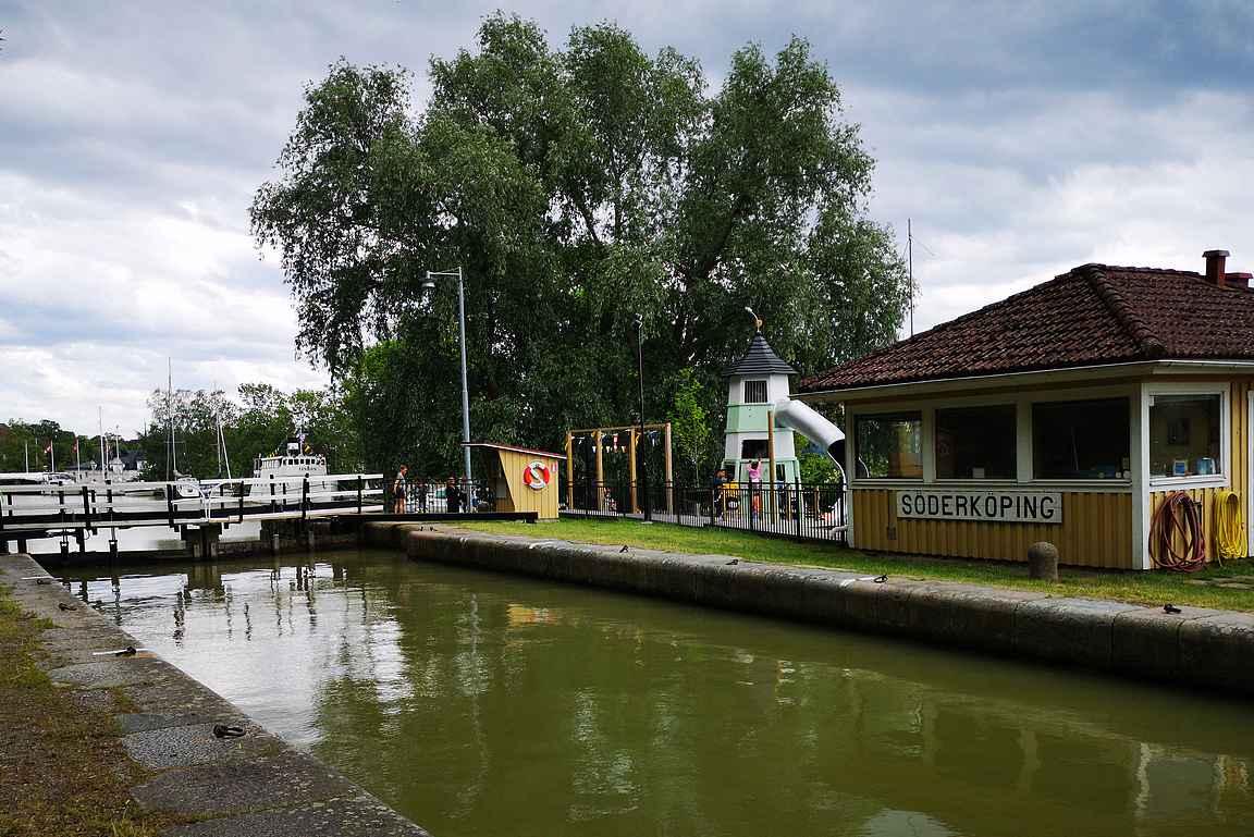 Söderköping on yksi Götan kanavan kaupungeista. Sulkujen vieressä on sopivasti leikkipaikka, niin muksut saavat siinä purkaa energiaa kesken pitkän automatkan.