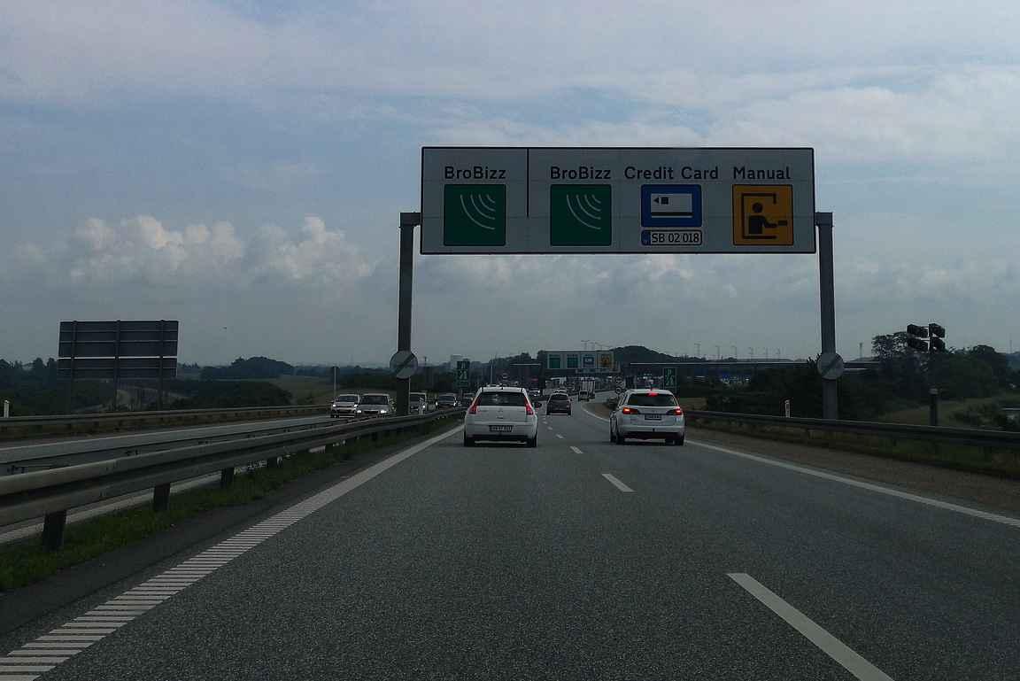 Liikennemerkein kerrotaan, miltä kaistalta suoritetaan maksu milläkin tavalla Tanskan silloilla.