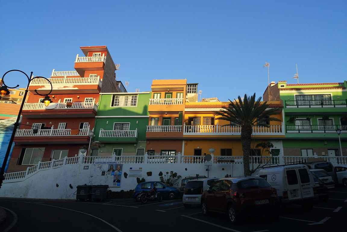 Puerto de Santiagon värikkäitä taloja.