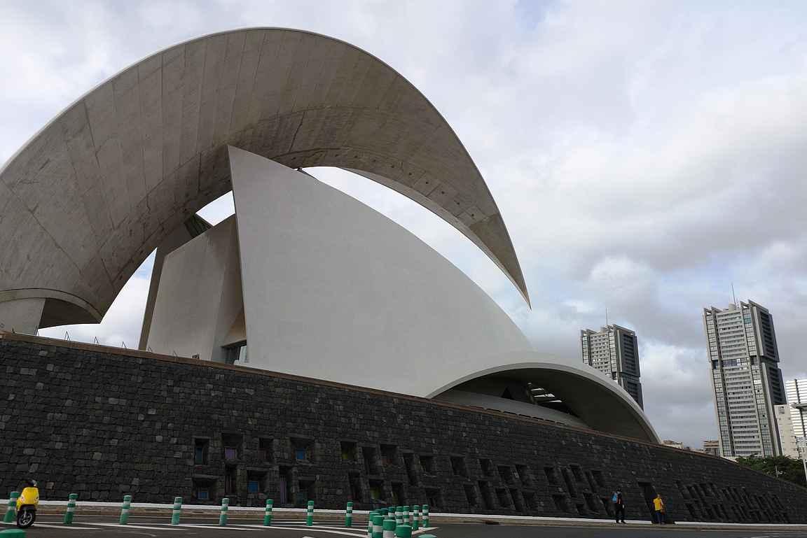 Auditorio de Tenerife on Santa Cruzin maamerkki.