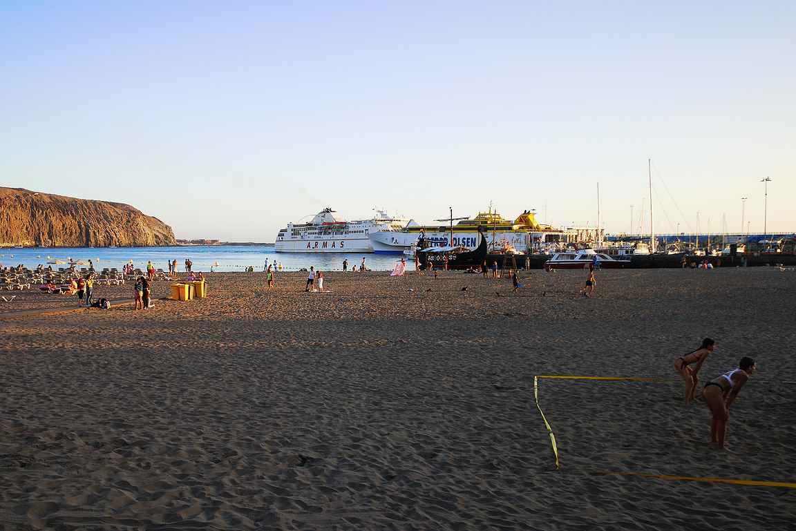 Playa de Los Cristianos rannalla viihtyvät niin auringonottajat kuin Beach Volleyn pelaajat. Takana olevasta satamasta lähtee puolestaan laivat kohti La Gomeran saarta.