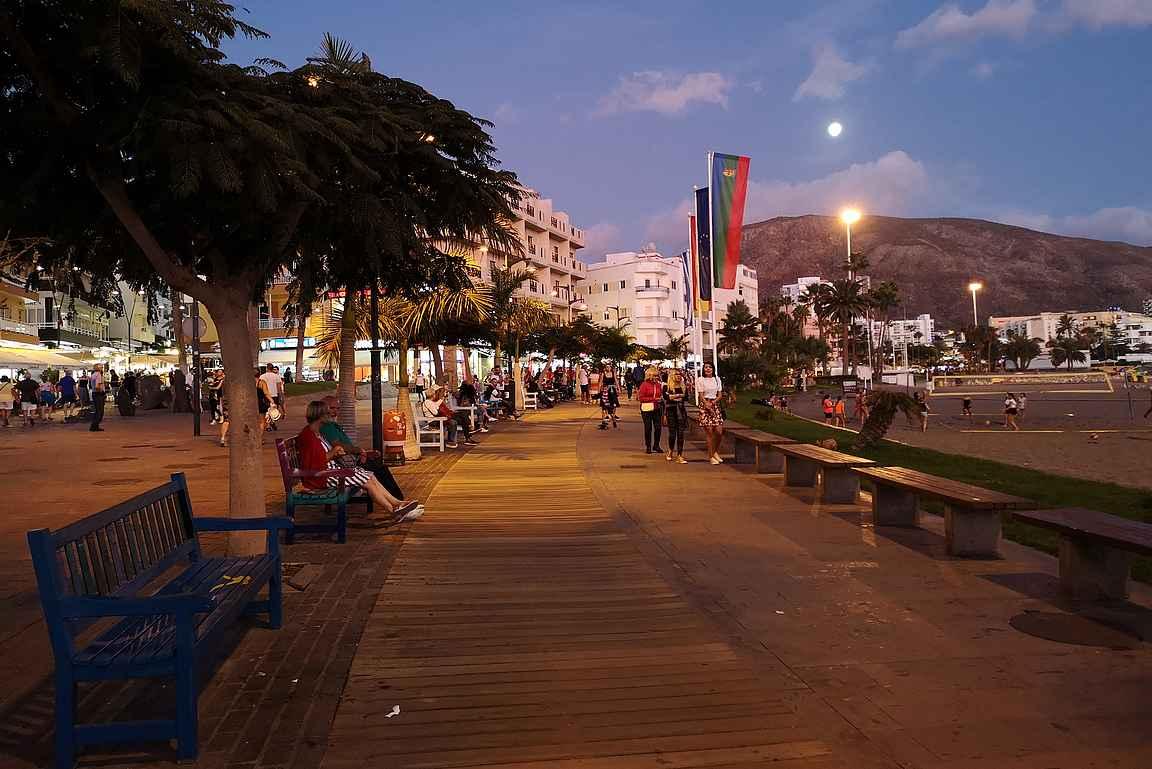 Los Christianoksen rantabulevardi on iltaisin varsin suosittu kävelykohde.