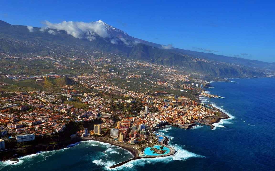 Puerto de la Cruzin tunnusmerkit ovat isot merivesialtaat ja taustalla näkyvä Teide. copyright Foto Areas de Tenerife