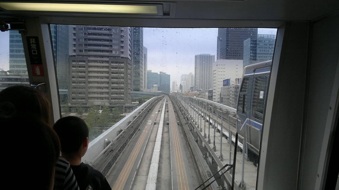 Odaibaan matkustaessa on mahdollista nauttia junakuskin maisemista.