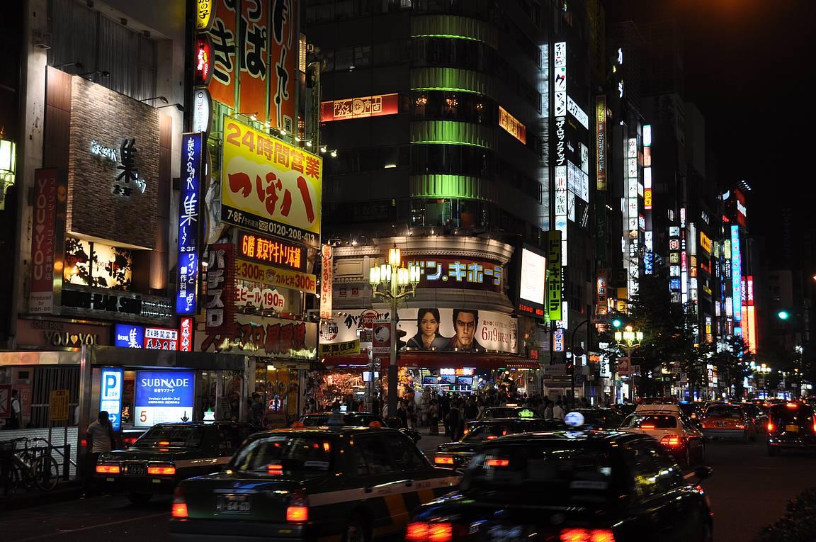 Autojen ja rakennusten valomeri on loputon Shinjukun illassa.