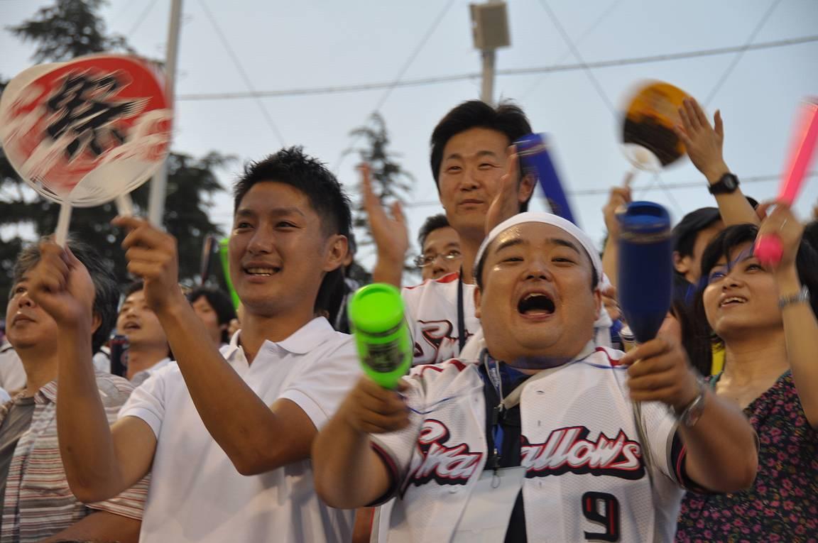 Kotijoukkue Yakult Swallowsin fanit ottivat kaiken ilon irti paikallisvastustajan voitosta.