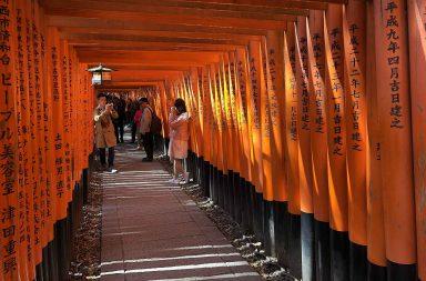 Fushimi Inari-taishan punaiset torii-portit ovat suosittu valokuvauskohde.