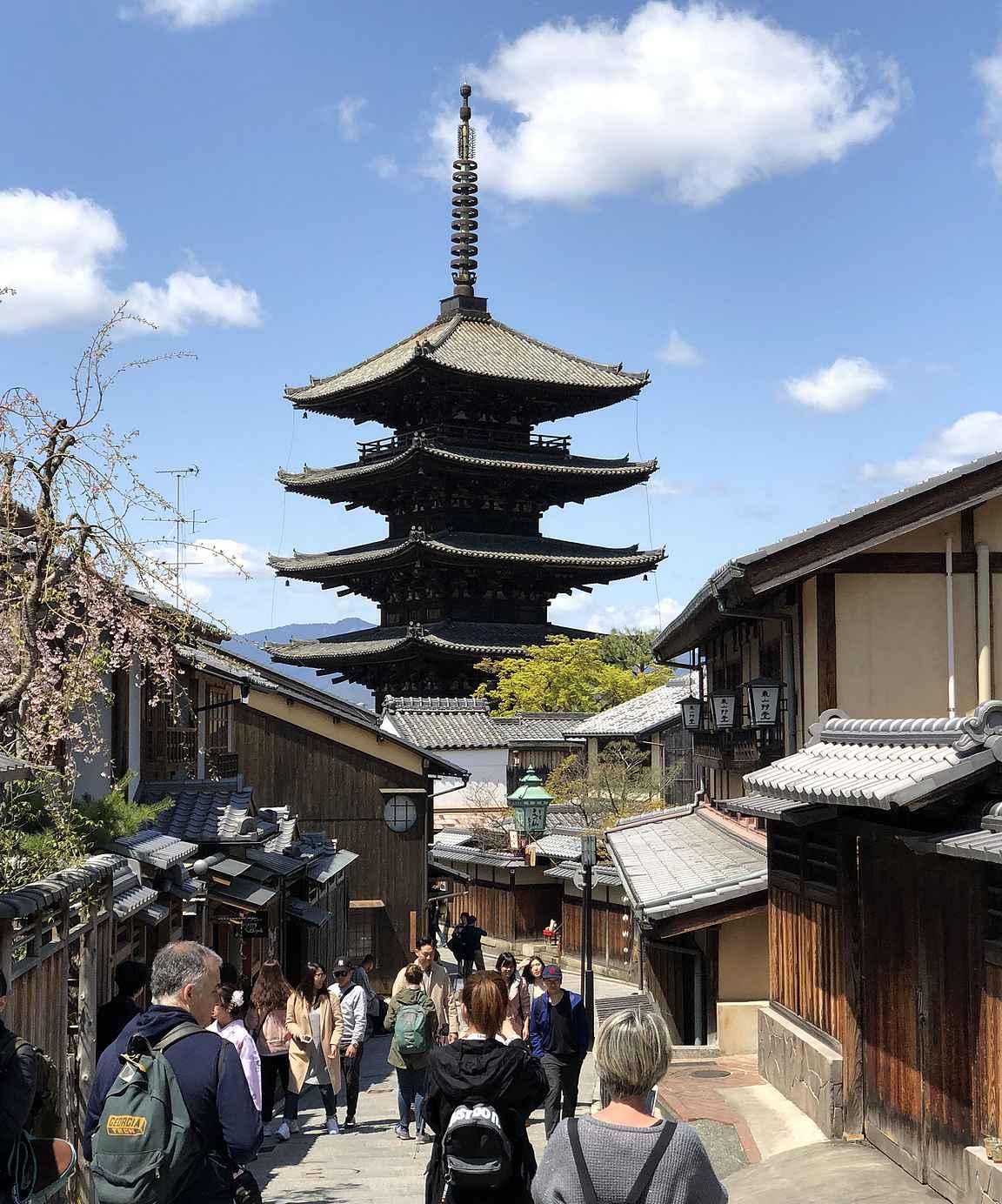 Hokan-ji temppelille kävellään viehättävää kujaa pitkin.