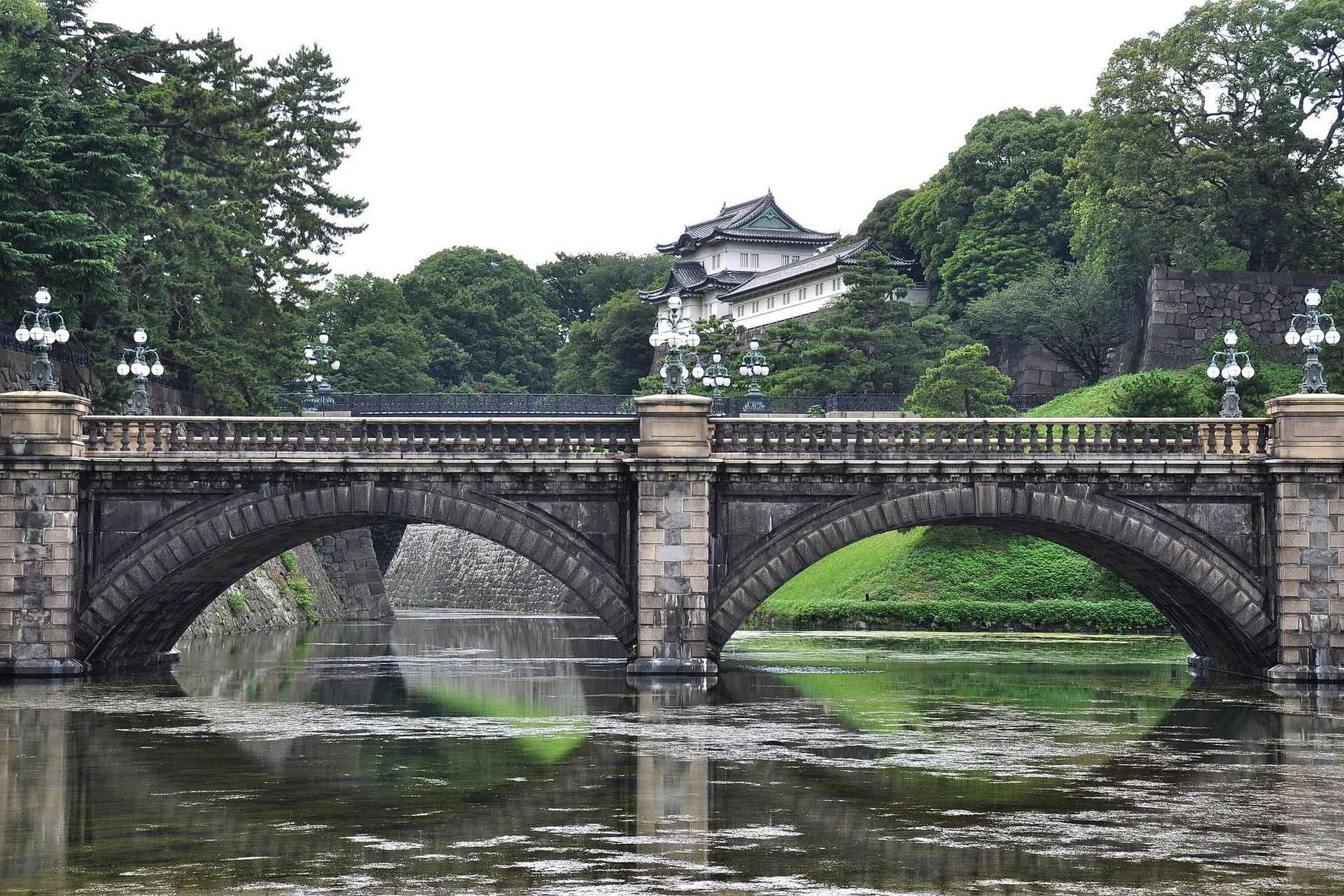 Tokion keisarillisen palatsin Seimon ishibashi -niminen kivisilta on yksi kaupungin kuvatuimpia