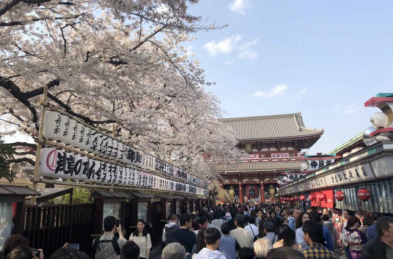 Nakamise-dori ja sen lukuisat pikkukojut vievät kohti päätemppeliä Asakusan kaupunginosassa.