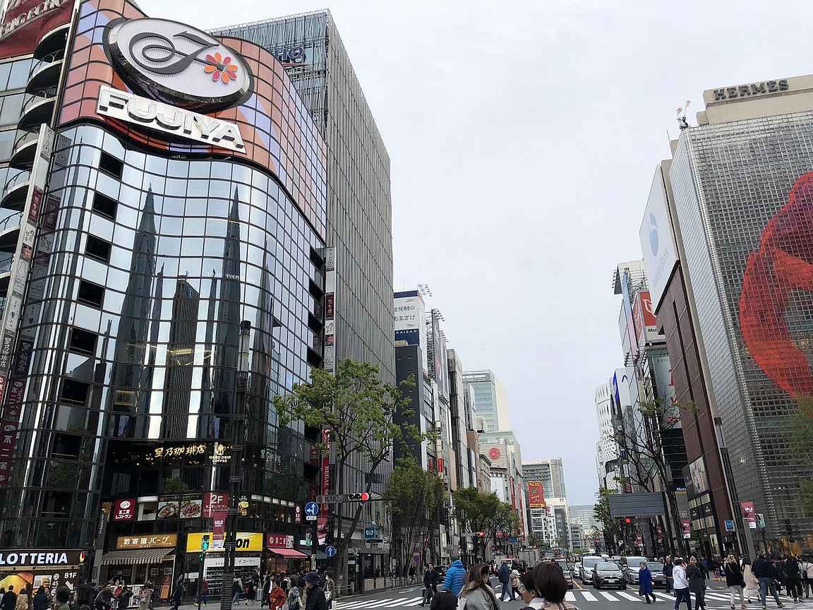 Shoppailijan on helppo tuhlata lomabudjettinsa Ginzan liikkeisiin.