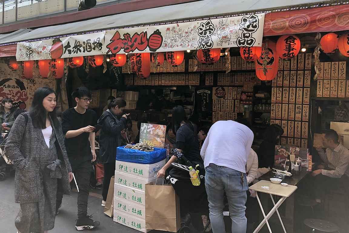 Tsukijin pienet ruokakojut vetävät turisteja puoleensa.