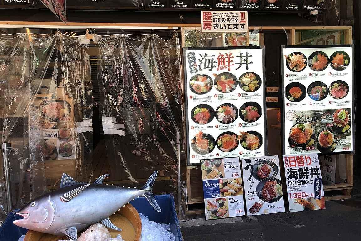 Yhteistä kieltä helpottamaan löytyy useasta ravintolasta kuvat annoksista.