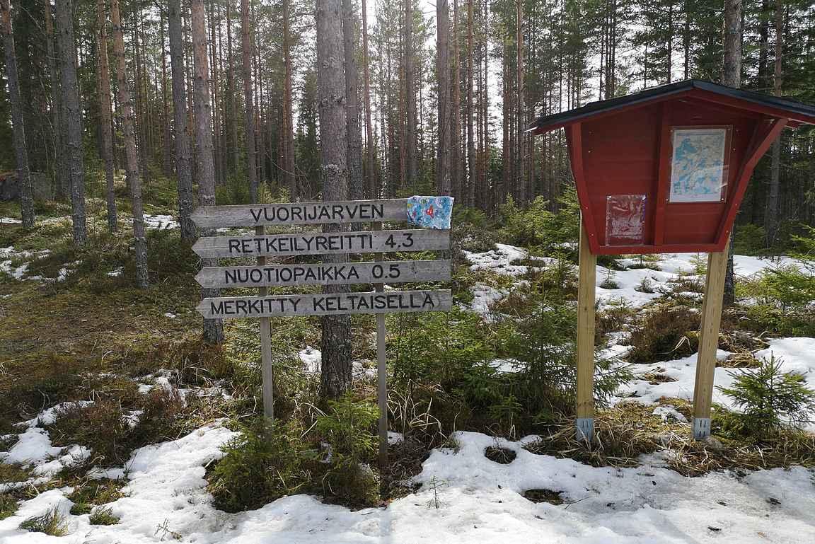 Parkkipaikan kohdalla on pieni opastaulu Iso-Vuorijärven luontokohteesta.