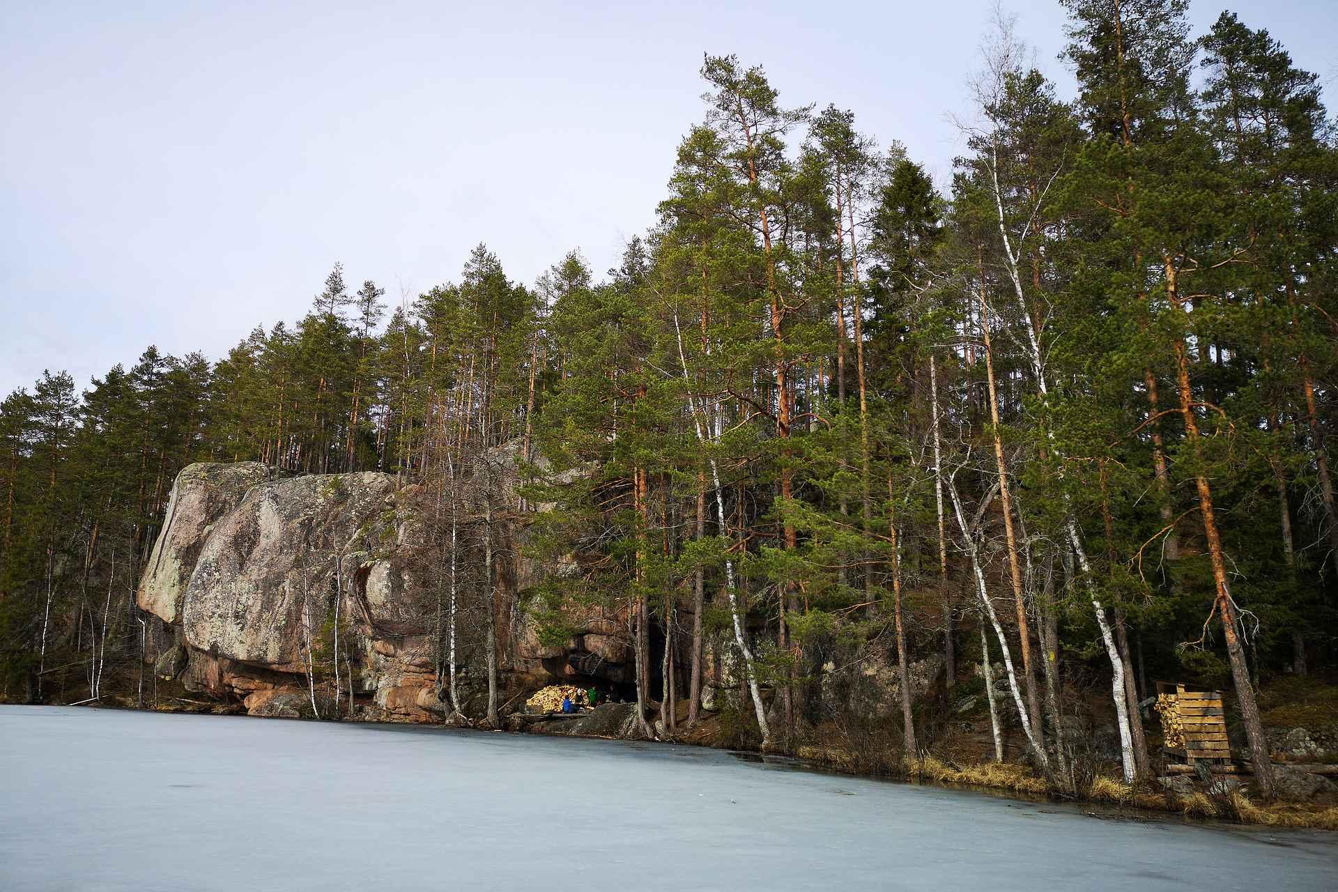 Iso-Vuorijärven riippukalliot ovat varsin ainutlaatuinen retkikohde.