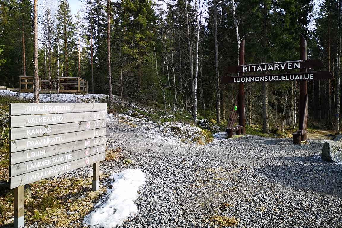 Valkeajärven parkkipaikalla odottaa selvät opasteet ja upea puinen Ritajärven luonnonsuojelualueen portti.