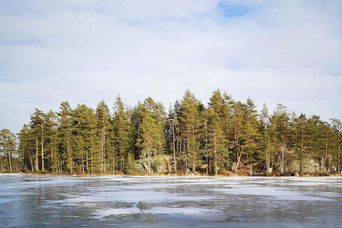 Alisen Ritajärven vastarannan nuotipaikka oli korkeiden kallioiden suojissa.