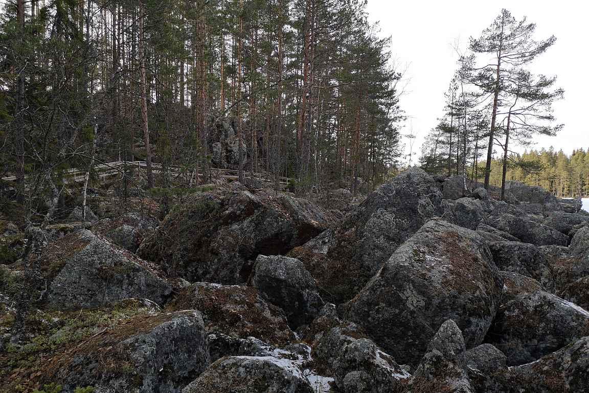 Sekä myöskin pienempien kivien rykelmiä.