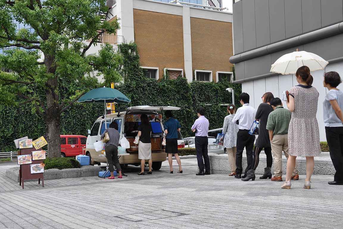 Paikalliset ostavat usein lounaan omiin boxeihinsa pikaisesti toimistolla tai sen läheisyydessä nauttivaksi.