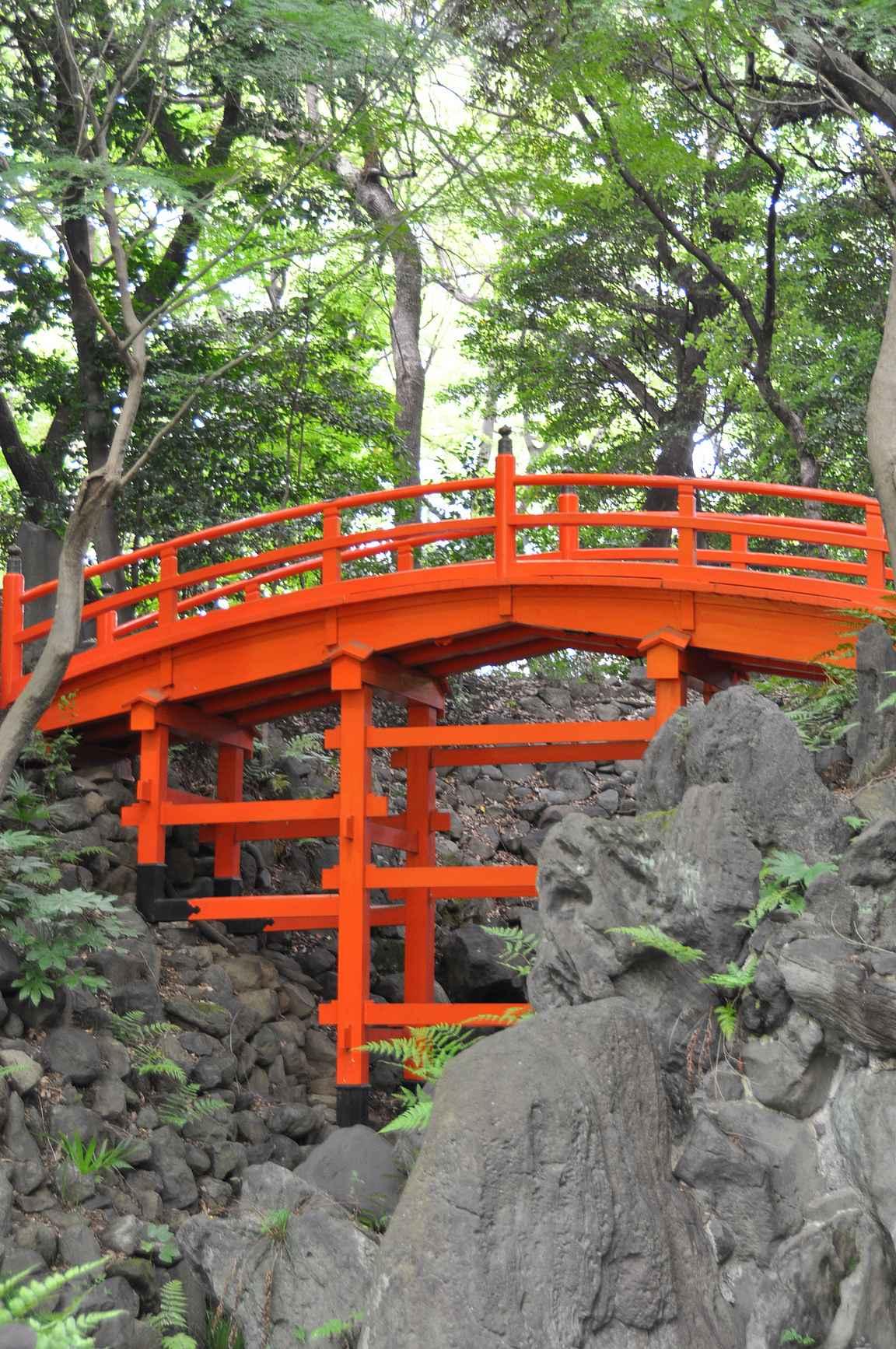 Koishikawa Korakyu-en ja sen upea punainen puusilta.