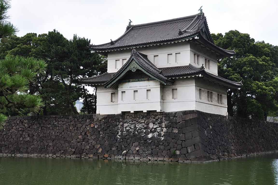 Keisarillinen palatsi tarjoilee upeita rakennuksia ja isoja vallihautoja upean puiston lisäksi.