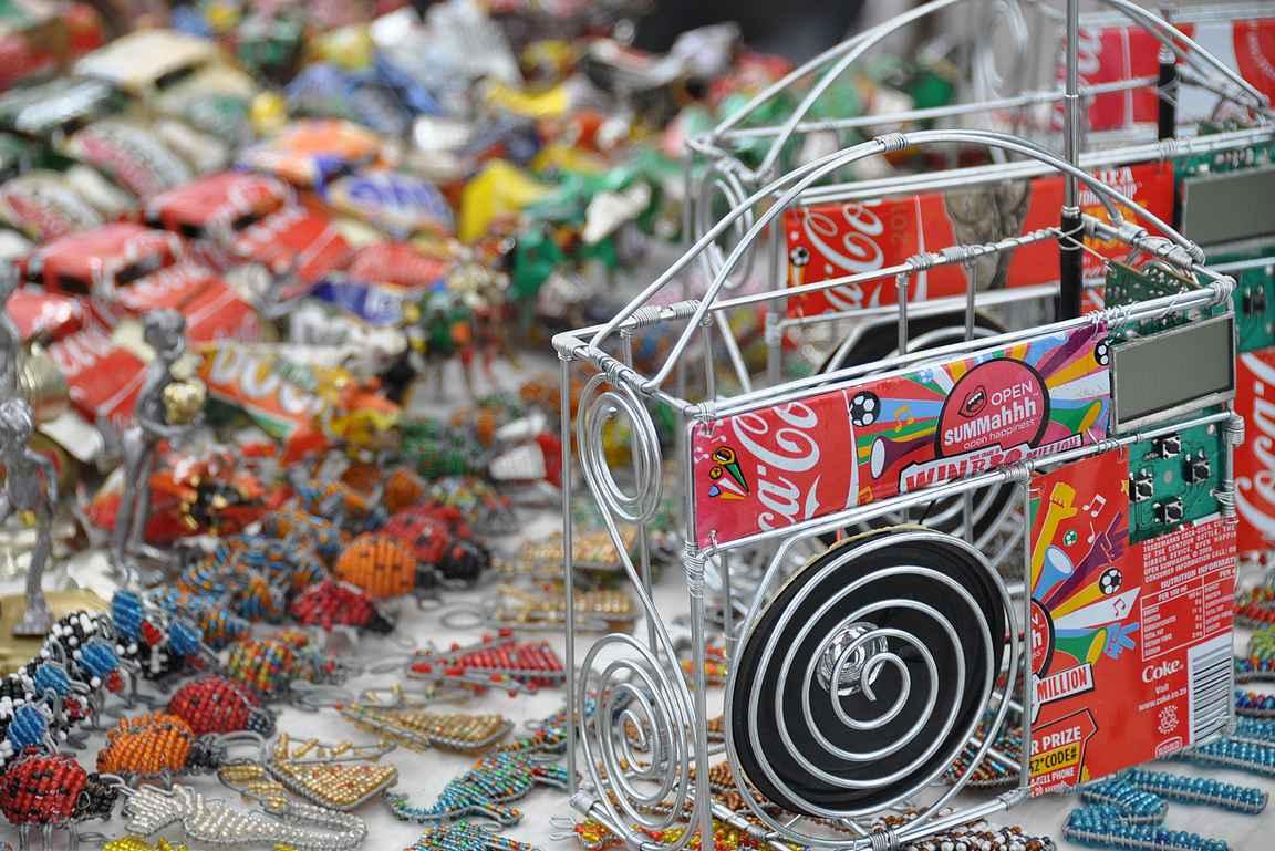 Toreilla oli myynnissä taidokkaita käsitöitä kierrätysmateriaaleista.