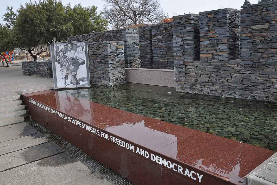 Hector Pieterson Memorial. Muistomerkki 13-vuotiaana kuolleelle pojalle, jonka ampuminen käynnisti valtavat mellakat ympäri maata.