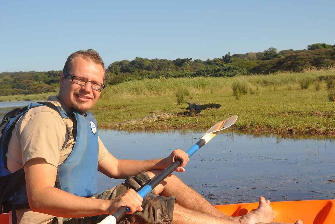 Kanootilla krokotiilejä katsastamassa.